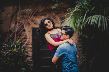 27 Essential Engagement Photo Poses for Couples to Try