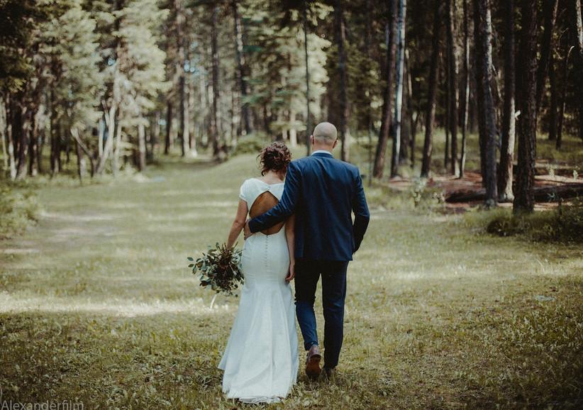 Wedding photo pose - back view