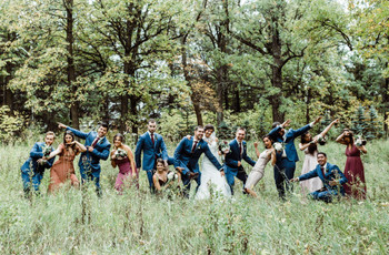 16 Fun and LOL-Worthy Wedding Party Photo Ideas