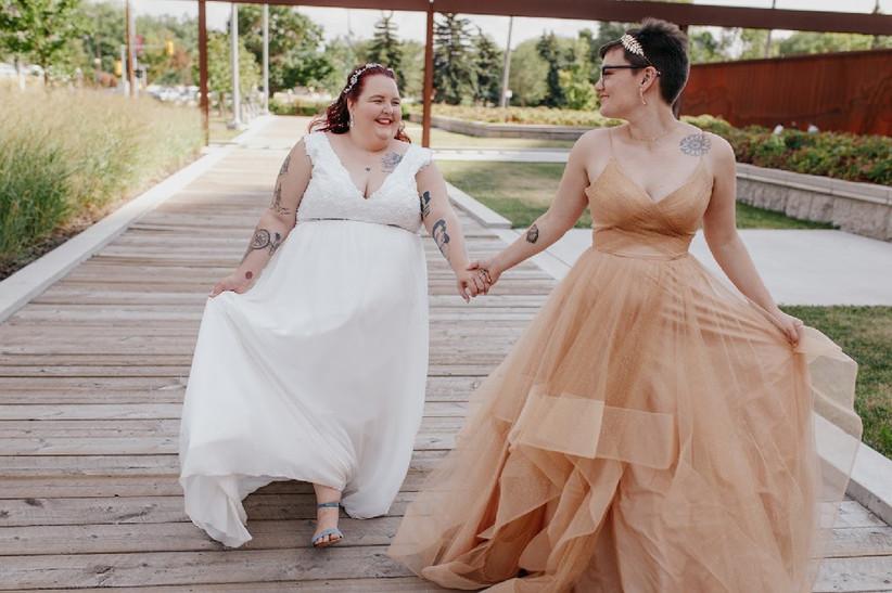 Wedding photo poses - holding handa