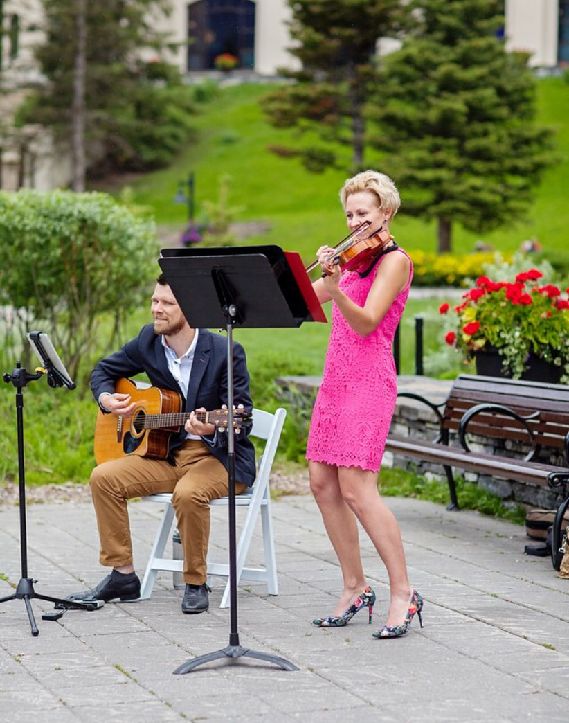 Violinist and acoustic guitarist at a wedding
