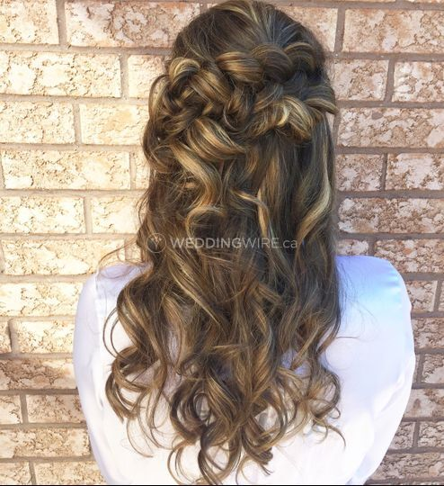 Soft curls for this bride