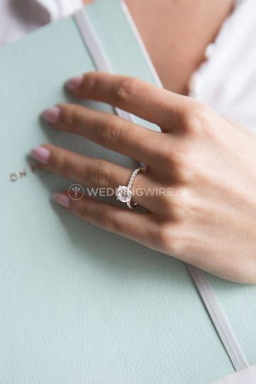 Solitaire with dainty band