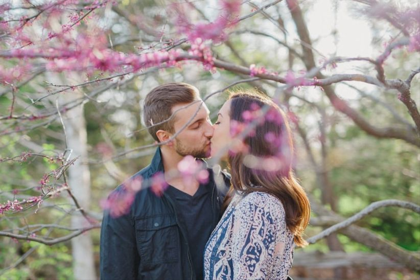 Spring engagement photo outfits