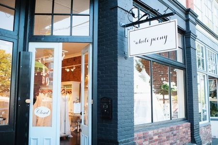 How to Find the Right Wedding Dress Store