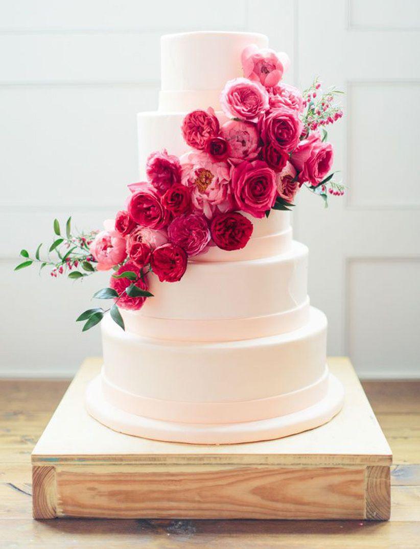 Fresh flower decoration on wedding cake