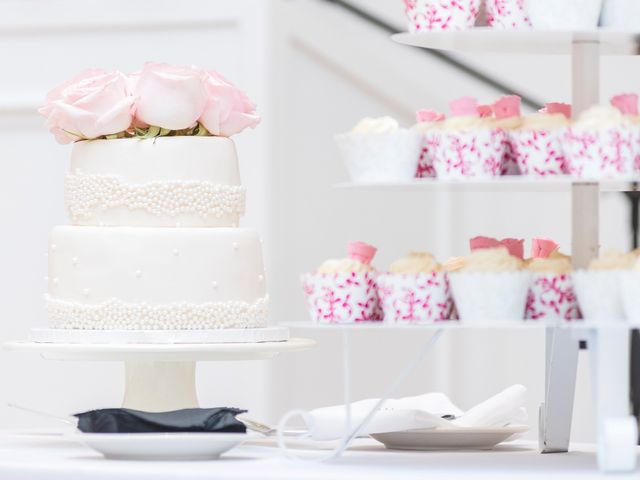 5 Ways to Cut Wedding Cake Costs