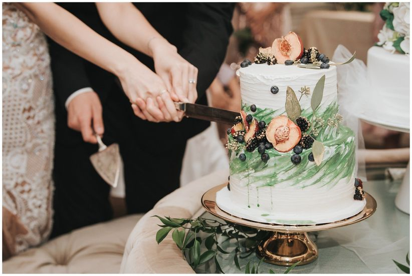 How to cut your wedding cake like a pro fox photography junglespirit Image collections
