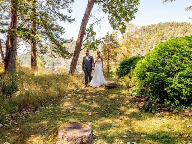 Mike and Stephanie's wedding in Pender Island, British Columbia 16